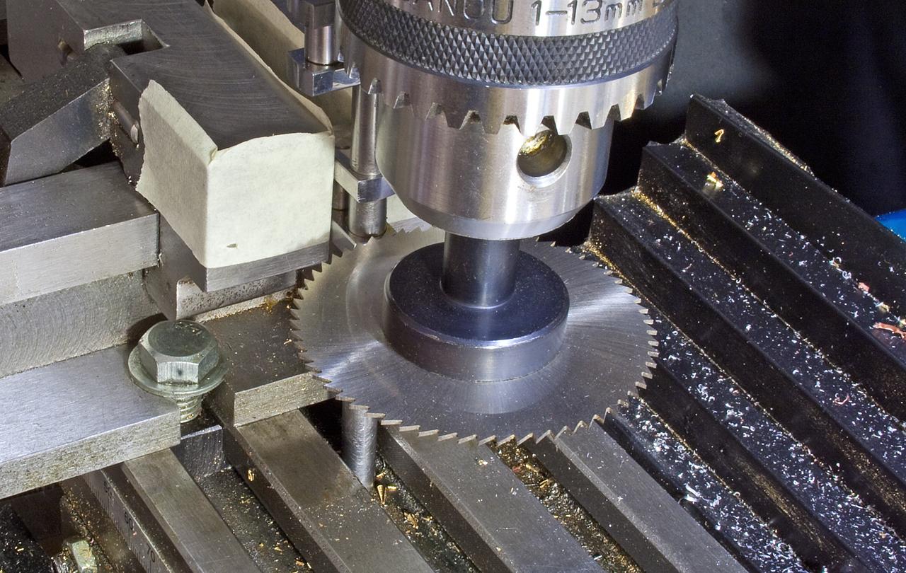 Pilový kotouč upevněn ve stroji